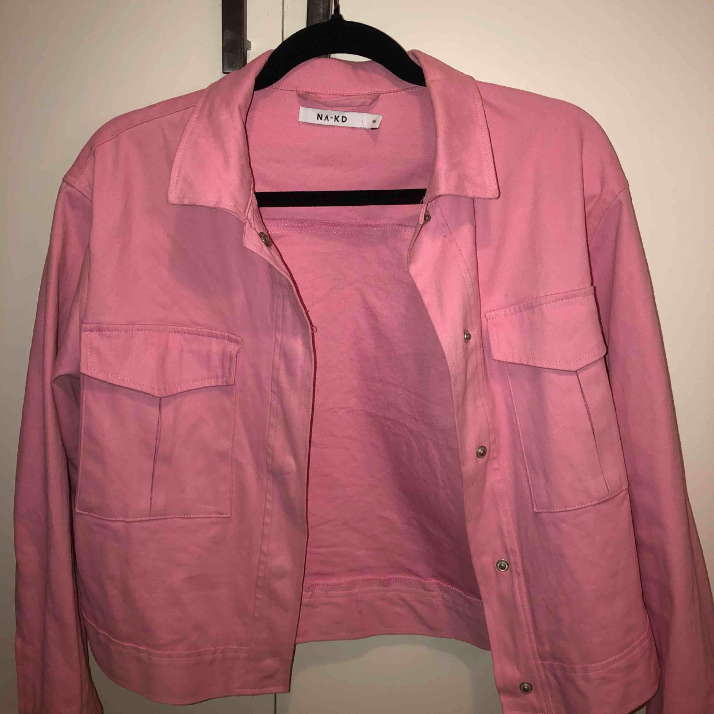 Skitsnygg rosa NAKD jacka. Strl 36. Köpt förra året använd max 2 gånger. (Köparen står frakt) 💖. Jackor.