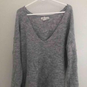 Grå sweater/tröja. Använd många gånger men fortfarande i bra skick! Den är väldig oversized och har djup urringning så trots att jag är en M så passar den nog bättre på L. Men det är upp till dig! ☺️
