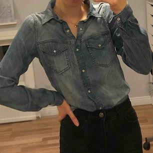 Jeansskjorta med pärlemo-liknande knappar. Endast använd ca 5 gånger. Jättefint skick. Passar bra på mig som vanligtvis bär XS/S. Vid köp av flera plagg samfraktar jag, så in och kika!💕