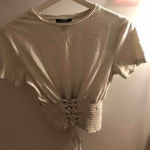 En jättefin snörad tröja från New look PETITE, knappt använd!