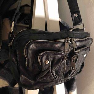 Nuuno Ellie Washed Black väska köpt på Nelly för 1400 kr. Äkta skinn. Inga defekter. Säljer då den inte kommer till användning längre. Ett längre väskband medföljer. Priset är förhandlingsbart.
