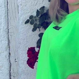 Billie Eilish t-shirt köpt på hennes m&g i Stockholm detta året. Köpt för 350! Då många är intresserade får man buda från 170kr. (Redigerat) budgivning slutar 3/12 18:00