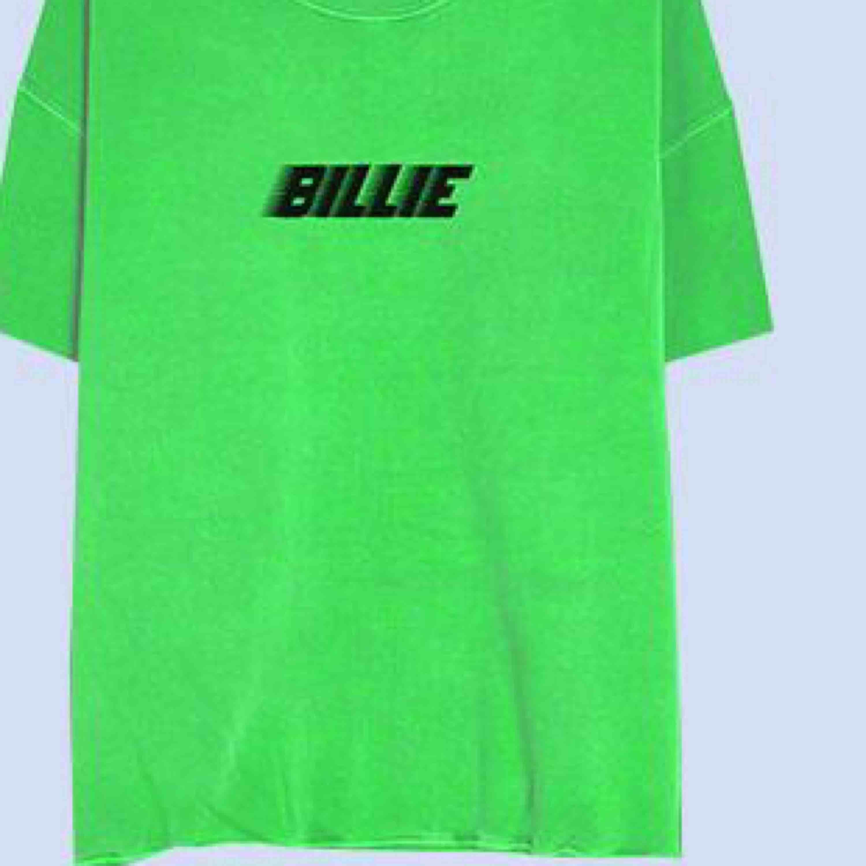 Billie Eilish t-shirt köpt på hennes m&g i Stockholm detta året. Köpt för 350! Då många är intresserade får man buda från 170kr. (Redigerat) budgivning slutar 3/12 18:00. T-shirts.