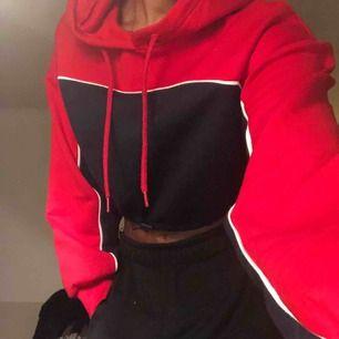 Säljer en cropped hoodie från HM som jag knappt använder då den inte är min stil:( 🥵 Mysigt material både inuti och utanpå, är schysterbar vid magen, som ni kan se på andra bilden💞💖💓💗