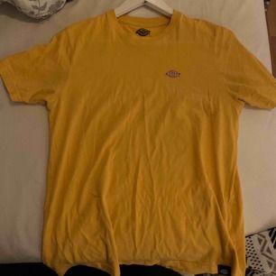 Gul snygg t-shirt ifrån Dickies