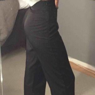 Ett par svarta raka tunna byxor köpta på Bik Bok. Dem är i storlek 36/S men passar även xs.