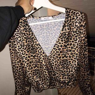 Leopard blus med omlott framtill! 34 men passar lika bra för en 36:a! 110kr inklusive frakt