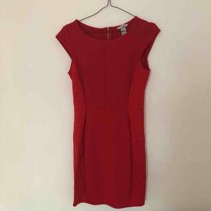 Snygg, röd fodralklänning med dragkedja bak från H&M. Perfekt till julens alla festligheter! Betalning via Swish, frakt på 45:- tillkommer.