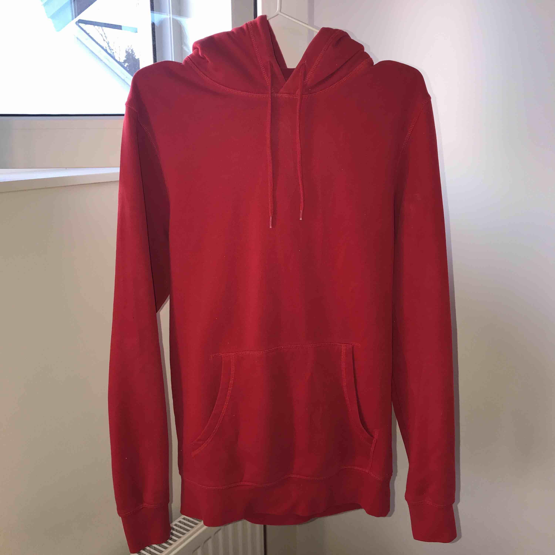 Röd hoodie från H&M, knappt använd, nypris 250kr, köparen står för frakt. Huvtröjor & Träningströjor.