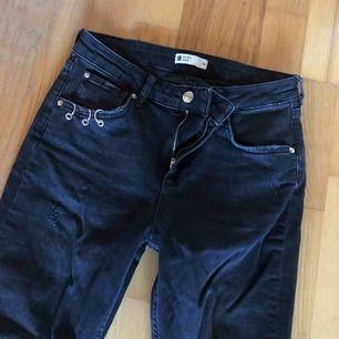 Men asså nej.. världens snyggaste jeans med så otroligt trendiga detaljer, måste jag nu tyvärr sälja då dom blivit för små.. storlek 38 men passar snarare en 36. Tight modell men ändå lite stretch! Så snygga med ett par svarta sneakers🖤 dom är svart/gråa