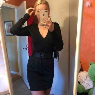 Så snygg v-ringad svart festklänning! Perfekt med ett skärp som på första bilden eller annat, eller utan som på tredje bilden🖤 skönt stretchigt material! Passar någon med M-L. (Jag har S, men liite stor)