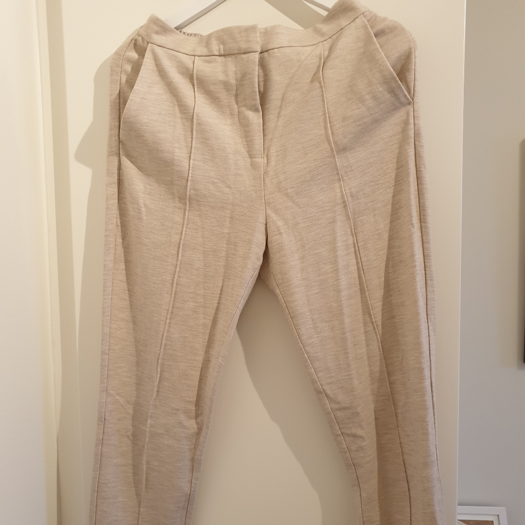 Beiget kostym set i mjukt material från Selected Femme. Endast testat. Frakt tillkommer! . Kostymer.