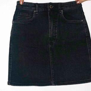 Svart jeanskjol från Zara! Superfin och extremt bra kvalite! Den är använd ungefär en gång, så väldigt bra skick.