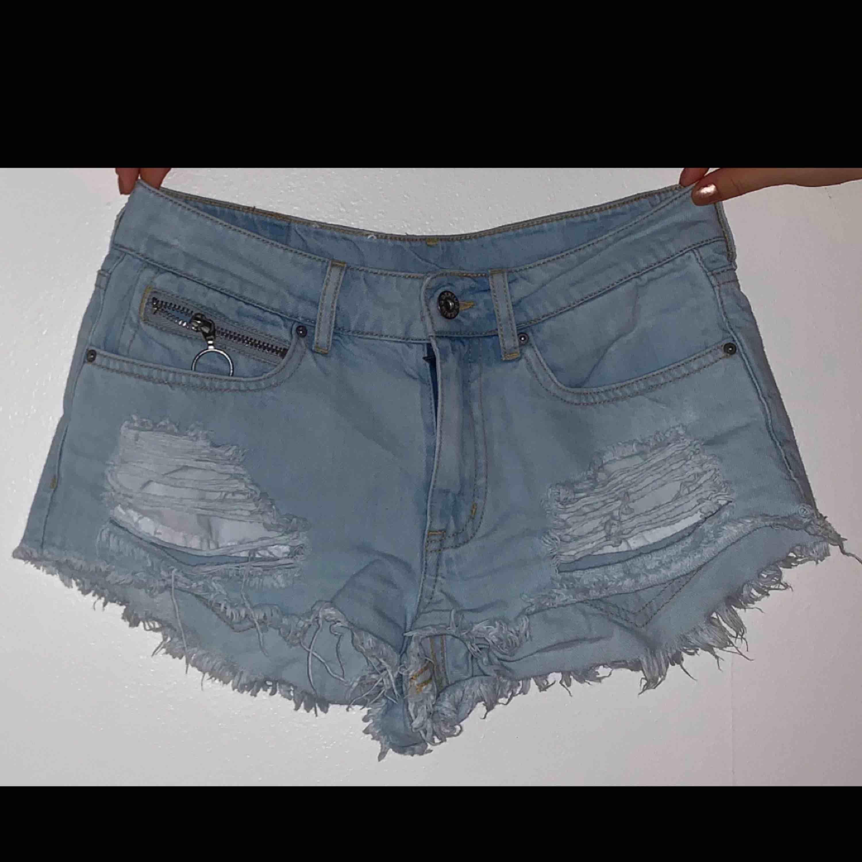 Ljusblå denim shorts från H&M. Använda endast en gång pga. Fel storlek! Superbra kvalité och väldigt fina detaljer!. Shorts.
