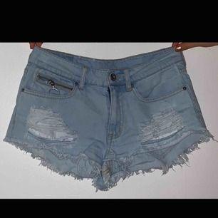 Ljusblå denim shorts från H&M. Använda endast en gång pga. Fel storlek! Superbra kvalité och väldigt fina detaljer!