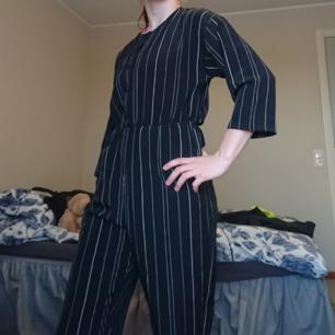 Fin jumpsuit från Monki. Endast använd en gång pga för liten på mig.  150kr inkl. frakt