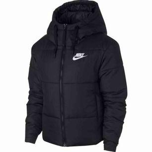 Säljer tyvärr min fina Nike jacka från stadium då den är alldeles för stor😢 köpt på stadium för inte alls länge sen och där av knappt använd. Orginalpriset är ungefär 1100kr. Priset kan diskuteras.