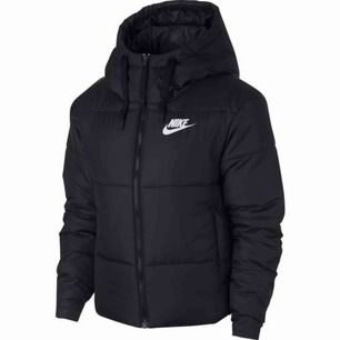 Säljer tyvärr min fina Nike jacka då den är alldeles för stor😢 köpt på stadium för inte alls länge sen och där av knappt använd. Orginalpriset är ungefär 1100kr. Priset kan diskuteras.