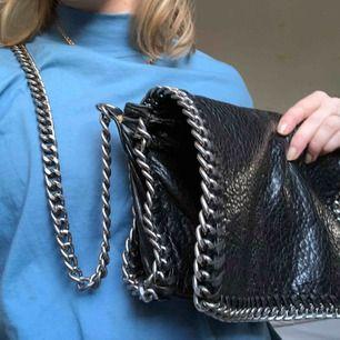 Tiamo väska svart med silvriga detaljer. Möts gärna upp, annars tillkommer en liten fraktkostnad :)