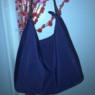Jätte fin retro barucci väska i fint skick! Super fin hängig/påsmodell med läder band tror jag Nypris ~700kr