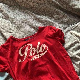 Jättesöt röd Raffe t-shirt i storlek XS/S, nästan som nu och aldrig använd, superskönt och jättebra kvalitet🥰  #ralphlauren #shirt #tshirt