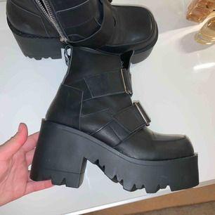 unif synapse läder boots. Helt nya. Beställde fel storlek därför måste sälja dem😢 frakt tillkommer💫