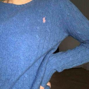 Säljer nu min fina blåa kabelstickade Ralph Laurent tröja. Den är otroligt varm och skön nu till vintern och har en extremt fin passform, den är i jättebra skick och inte alls stickig, den är även i 100% cashmere💘❣️Orginalpris ca 1300 kr💘❣️