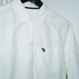 Vit långärmad skjorta från Abercrombie & Fitch, storlek medium. Fint skick!