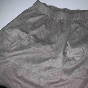 Jättefin ljusgrå kjol i mocka tyg, köpt på Nelly och är endast använd ett fåtal gånger, den har 2 osynliga fickor fram och är så bekväm🤤💘