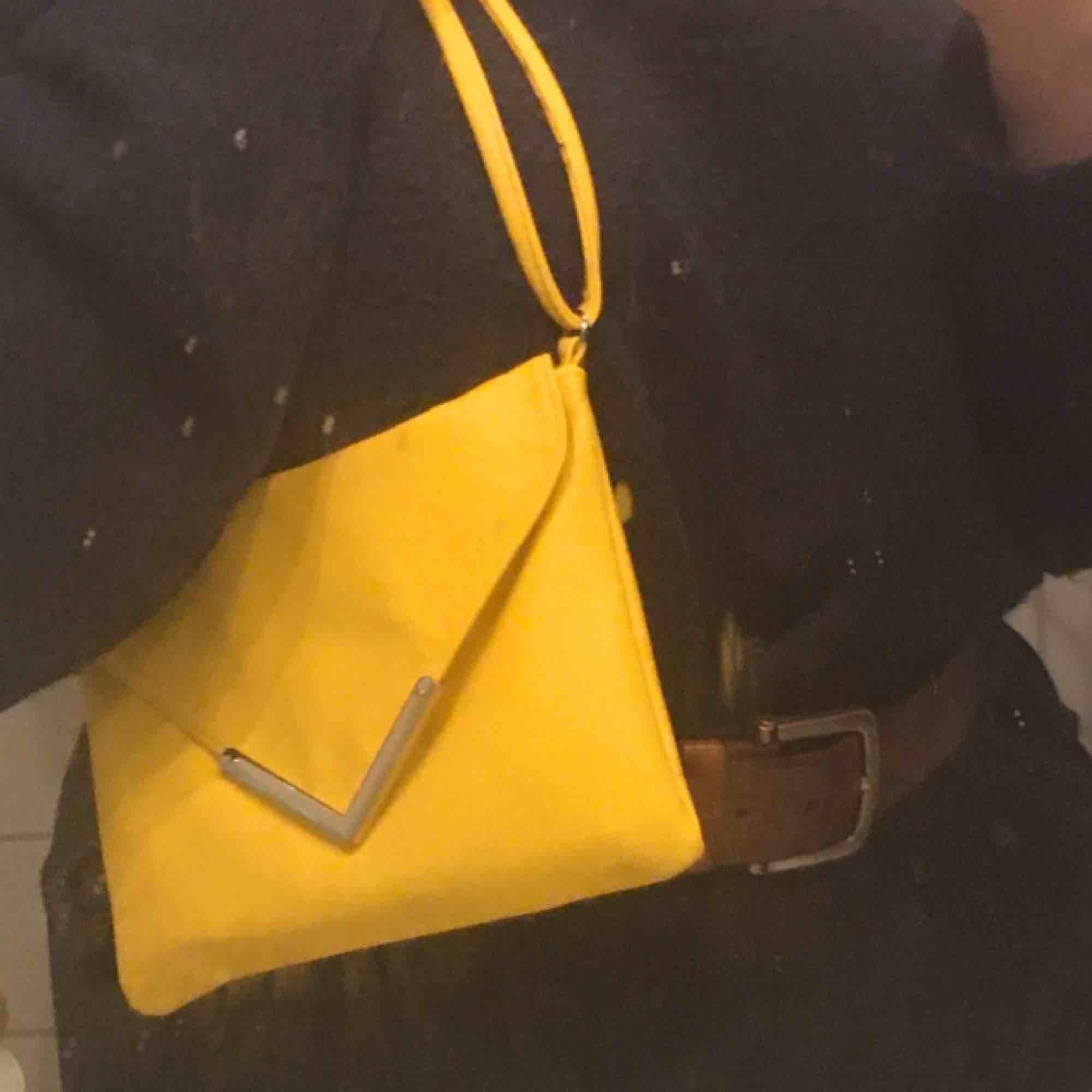 En riktigt fin gul handväska! Köpte den i desperat behov av en handväska men när jag skaffa en till hamna den här längst in i garderoben! Man kan justera banden vilket är jättebra och smidigt och den stängs med hjälp av en knapp som är magnetisk.. Väskor.