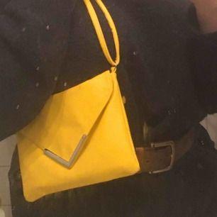 En riktigt fin gul handväska! Köpte den i desperat behov av en handväska men när jag skaffa en till hamna den här längst in i garderoben! Man kan justera banden vilket är jättebra och smidigt och den stängs med hjälp av en knapp som är magnetisk.