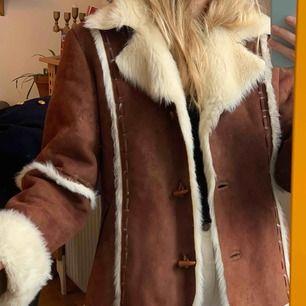 Coolaste fake-fur jackan, köpt vintage. Frakt runt 100kr är inräknad i priset. Är vintage dvs ej nyskick, har en lagning i nacken samt ett litet hål på axeln. Bilder kan skickas