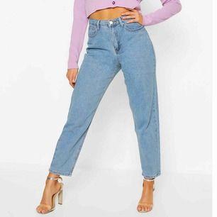 Blåa jeans från boohoo. Aldrig använda pga fel storlek. Köpare står för frakt. Skriv för mer bilder 🥰