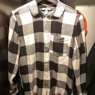 Svart-vit rutig skjorta från H&M. Använd en gång!  Frakten betalas av köparen✨ 170kr inkl. Frakt!