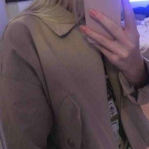 Säljer jackan som länge varit min favorit. Sitter oversized på mig som vanligen är en XS. Köpare står för frakt ☺️