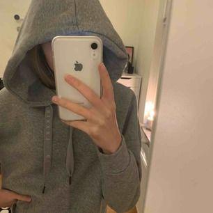 Grå basic croppad hoodie!
