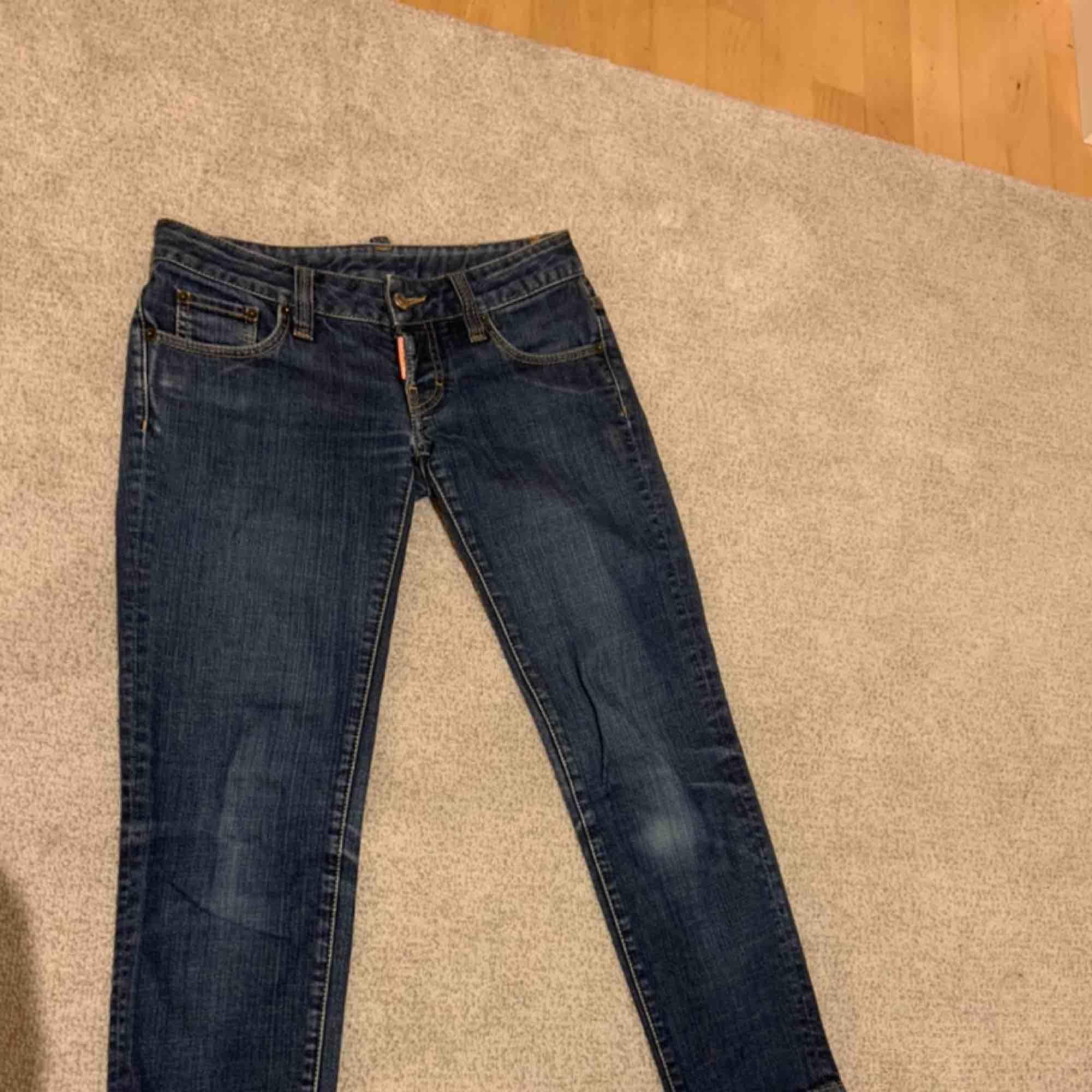 Säljer mina vintage dsq byxor. Lågmidjade och mörk jeansfärg. Älskar verkligen dessa då dom är lite utåtsvängda och väldigt coola. Kontakta för fler bilder och pris.. Jeans & Byxor.