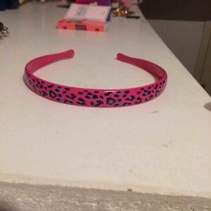 Oanvänt rosa leoparddiadem. Frakt: 42 kr i postens påse