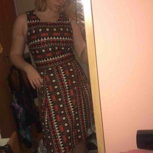 Jättefin klänning med coolt mönster som jag endast  haft på julafton för något år sedan. Från H&M i jättefint skick. Säljer då den är lite för liten för mig runt bysten. Perfekt nu för jul!