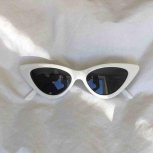 snygga solglasögon med vit kant. Köpare står för frakt (25kr). Nyskick🥰