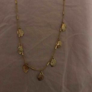 Helt nytt oanvänt halsband med motiv av små tunna blad! Ursnyggt säljer då det inte kommit till användning! Frakt ingår i priset!!