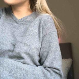 Stickad grå tröja i ullmix från märket sebago, den är i köpt på second hand men är verkligen i nyskick   Kan mötas i Linköping men även frakta