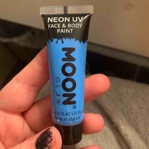 Neon uv kroppsfärg. Endast använd väldigt lite under ett tillfälle. Frakt tillkommer