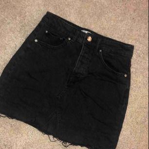 Knappt använd jeanskjol då jag köpte fel storlek. Storlek 36 men är mer som en 34. frakt 59kr