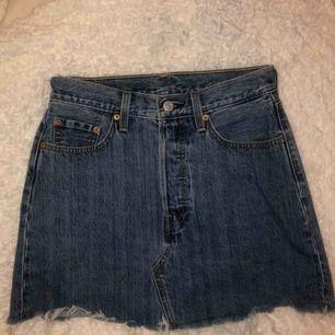 Säljer min finaste levis jeans kjol då jag känner att den inte är min stil längre. Använd fåtals gånger men inga defkter och tagit väl hand om den. Frakten ligger på 55kr