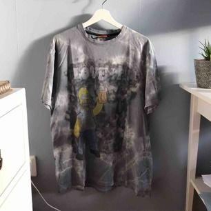 """Grå/vit T-shirt med simpsons och texten """"LOVE IT!"""" Färgat batiken själv. Stl L"""