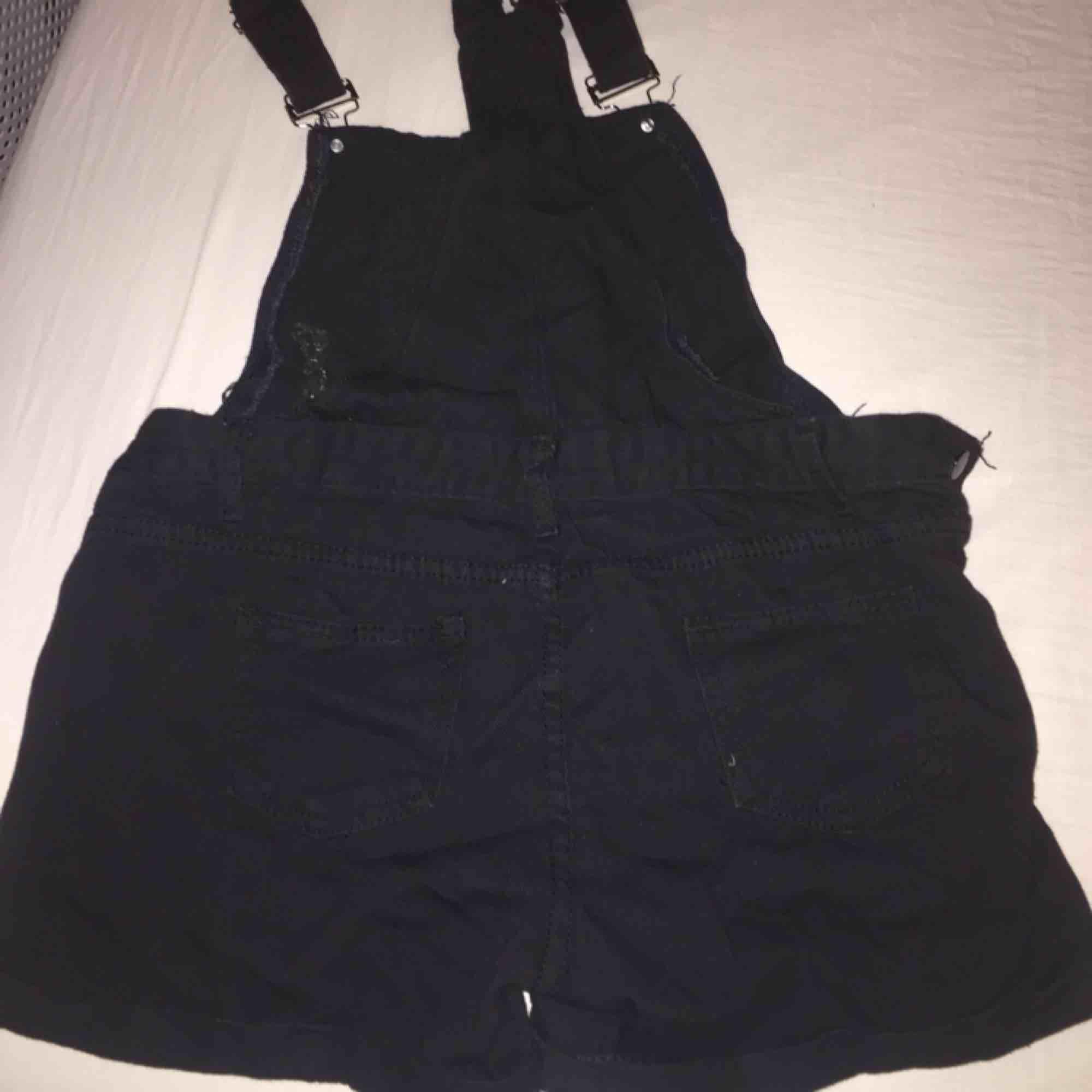 As coola hängsle shorts som passar me vilken topp/ t-shirt/ linne som helst. De är i strl M men skulle säga att de är mer S. Säljer de då de är för små på mig:(. Fler frågor om plagget kan man fråga mig i chatten💕. Shorts.