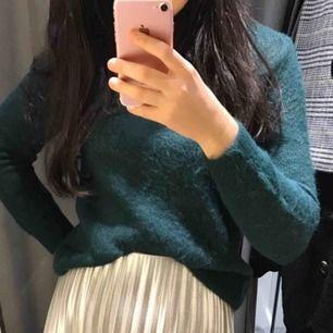 """Passar även S, säljer pga för många tröjor i min garderob. Den är inte nopprig alls utan är """"lurvig"""". Kan mötas upp i stockholm eller frakta👍🏼"""