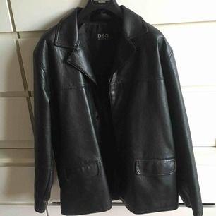 Riktigt snygg skinn jacka/kavaj inköpt i vintage butik. Passar flera storlekar om man vill ha den lite oversized. Många intresserade - Budgivning