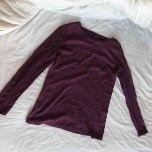 """Långärmad tröja från zara i ett """"silkes"""" material  Den är i princip aldrig använd dvs den är i nyskick   Kan mötas i Linköping men även frakta men köparen står för frakten"""